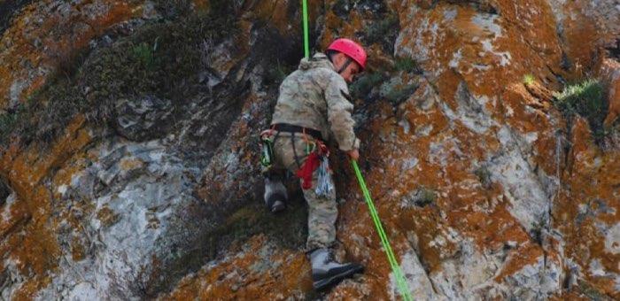 Экологи проходят альпинистскую подготовку для изучения мест обитания снежного барса