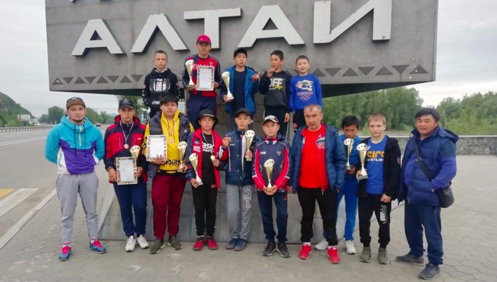Борцы с Алтая успешно выступили на соревнованиях в Кузбассе