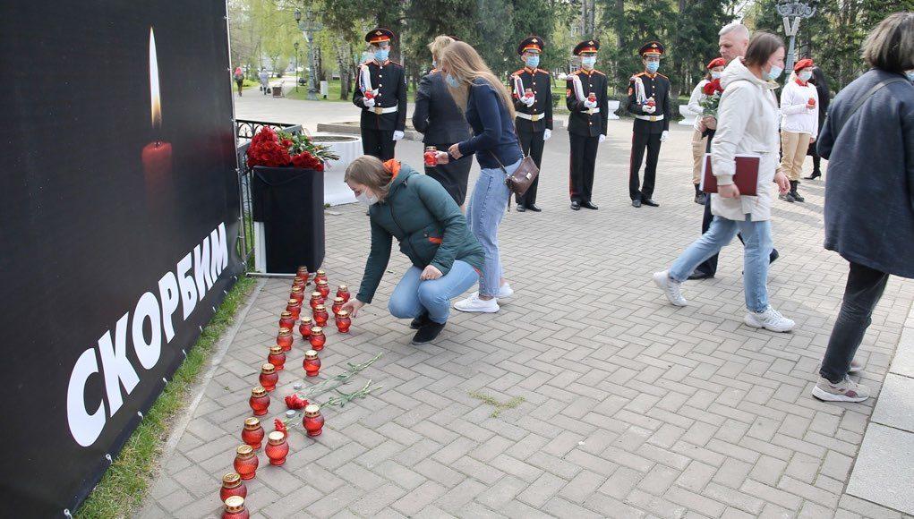 В Горно-Алтайске люди несут цветы к мемориалу в память о жертвах «казанского стрелка»