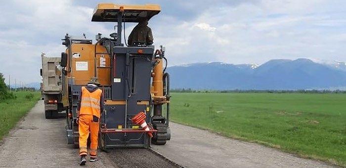 Дорожники ремонтируют три участка дороги в Усть-Коксинском районе