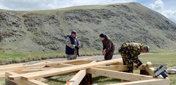 Участники эковолонтерской смены приступили к обустройству территории в Сайлюгемском нацпарке