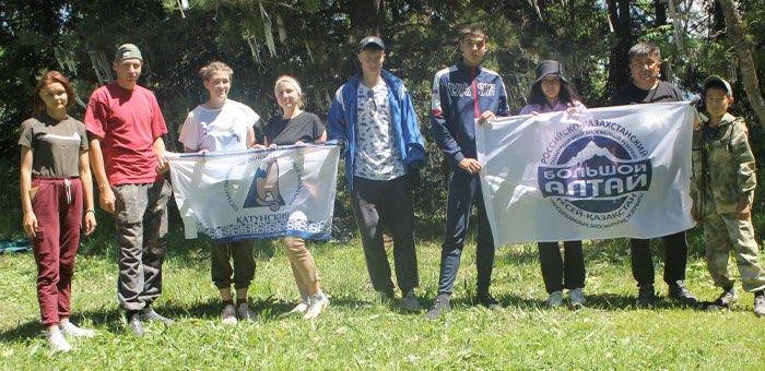 Волонтеры очистили от мусора перевал Кузуяк в Усть-Коксинском районе