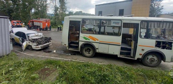 Водитель такси врезался в автобус и погиб