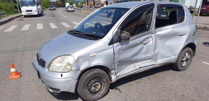 Пенсионерка на Toyota Vitz, замешкавшись на перекрестке, попала в больницу