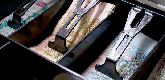 Директор магазина взял деньги из кассы, чтобы погасить кредит супруги