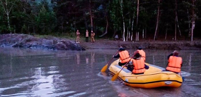 Три туриста и собака оказались заперты на острове из-за подъема воды в Катуни