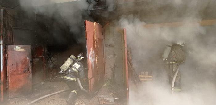 Два автомобиля сгорели в гаражном кооперативе