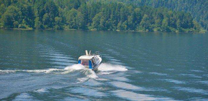 Судовладельцам запретили возить пассажиров по Телецкому озеру без лицензии
