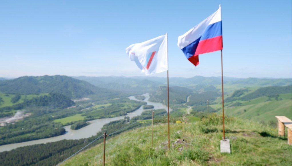 На вершине у Соузги водрузили российский триколор