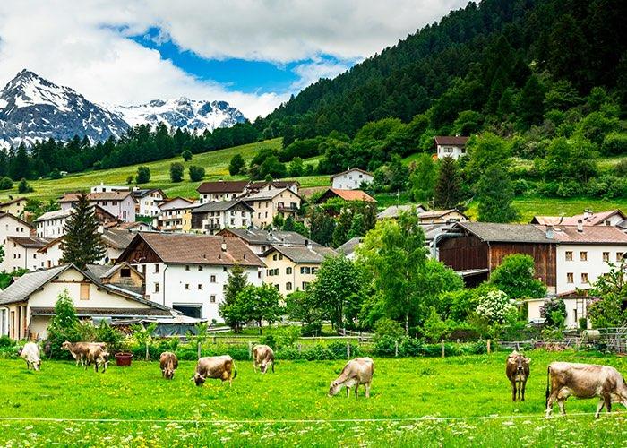на фоне деревни Мустар, Швейцария