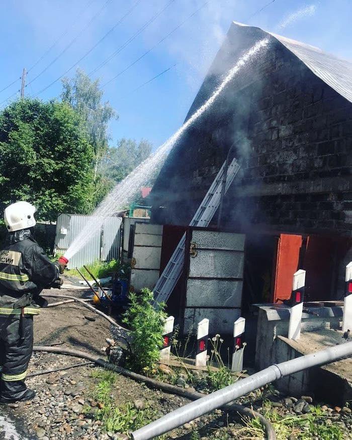 В Горно-Алтайске ликвидирован пожар в гараже, где лежали газовые баллоны