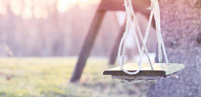 Управляющая компания выплатит компенсацию ребенку, упавшему с качелей