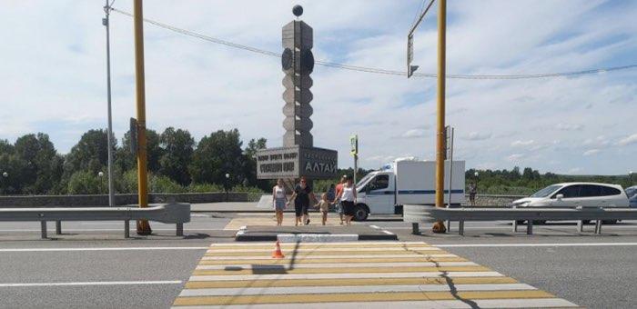 На пешеходном переходе на въезде в республику мотоциклист сбил туристку из Новосибирска