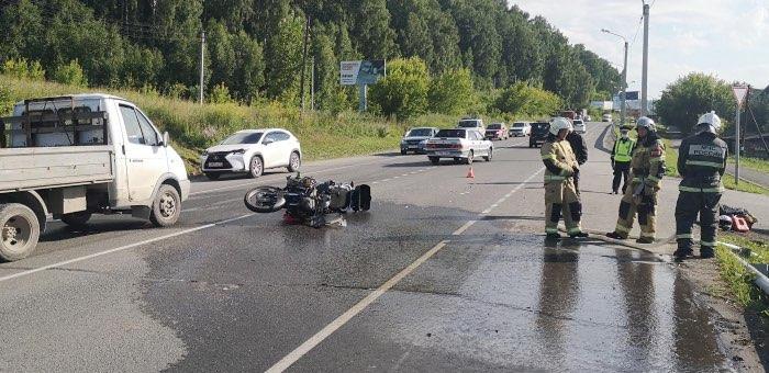 В Майме байкер врезался в поворачивавший налево автомобиль