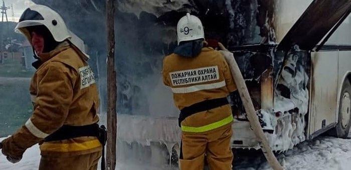 В Усть-Кане сгорел автобус
