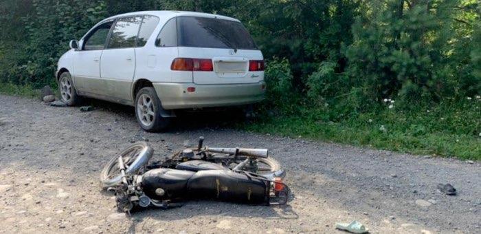 Две девочки на мотоцикле врезались в автомобиль и попали в больницу