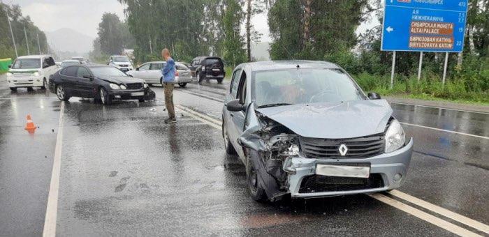 Торопился проехать: на перекрестке возле моста через Катунь столкнулись автомобили