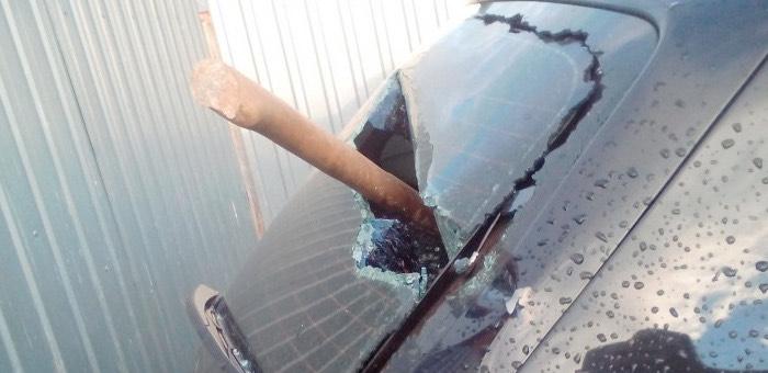 Супруги изуродовали чужой автомобиль, припаркованный у ограды их дома