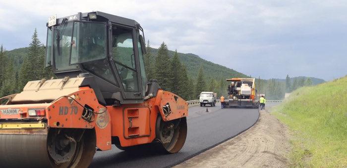 Дорожники ремонтируют спуск с Семинского перевала