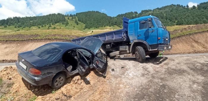 001-Toyota Avensis и КАМАЗ столкнулись на Телецком тракте
