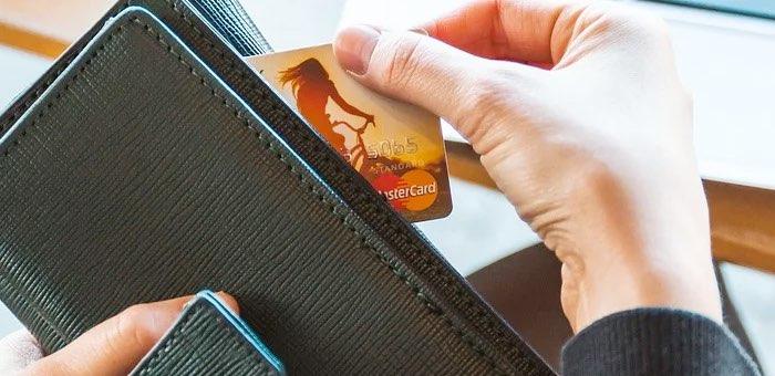 Горожанка перевела мошенникам все деньги с карты и хотела взять кредит, чтобы перевести еще