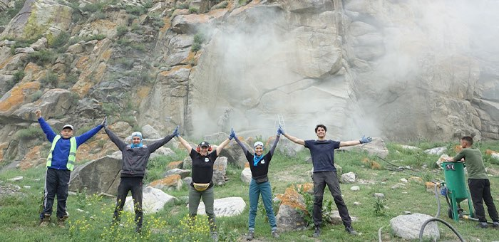 В Республике Алтай волонтеры очистили скалы от надписей
