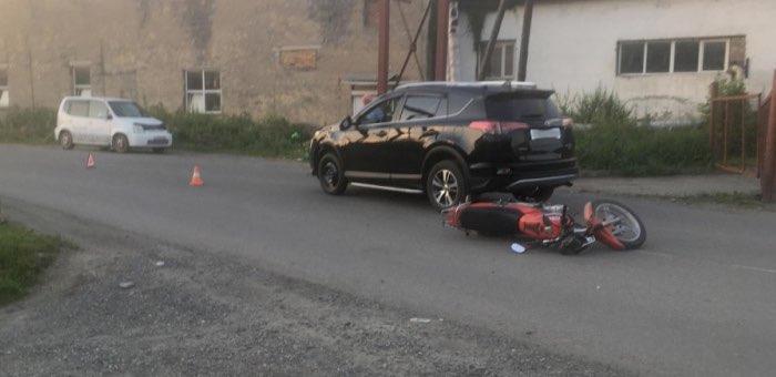 Подросток на мотоцикле врезался в Toyota RAV4 под управлением нетрезвого водителя