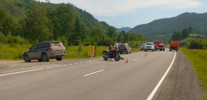 Внедорожник и мотоцикл с туристами столкнулись на Чуйском тракте