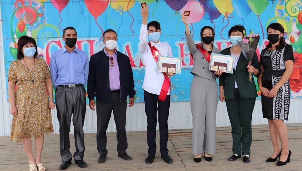 Выпускники-отличники получили премию главы Кош-Агачского района
