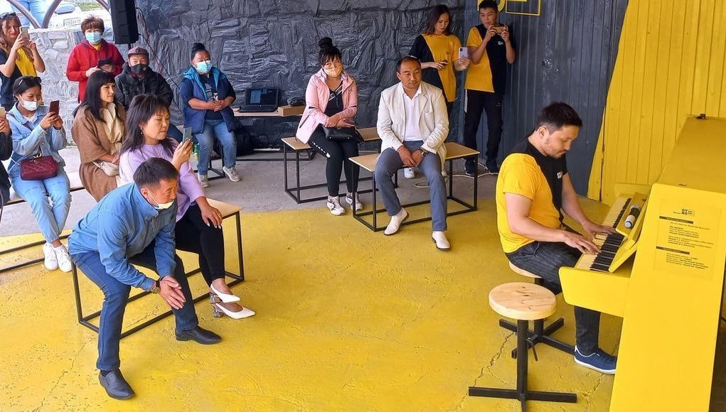 Уличное пианино установили в Усть-Кане
