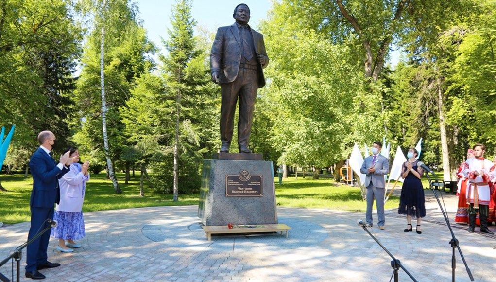 Памятник Валерию Чаптынову открыли в Горно-Алтайске