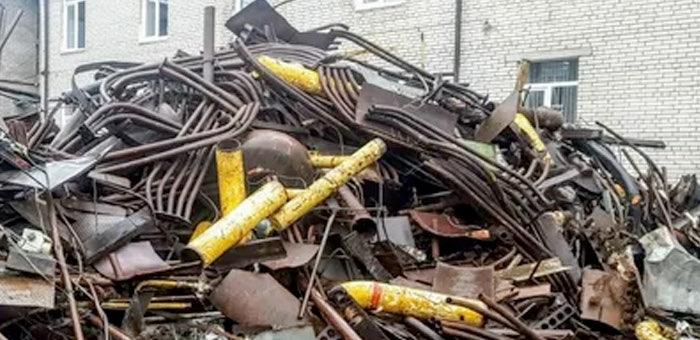 Начальник цеха Алтайского экспериментального сельского хозяйства сдал имущество предприятия на металлолом