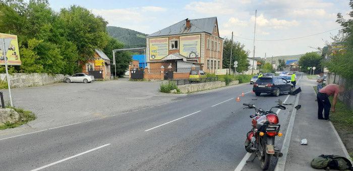 Автомобиль и мотоцикл столкнулись на улице Бийской