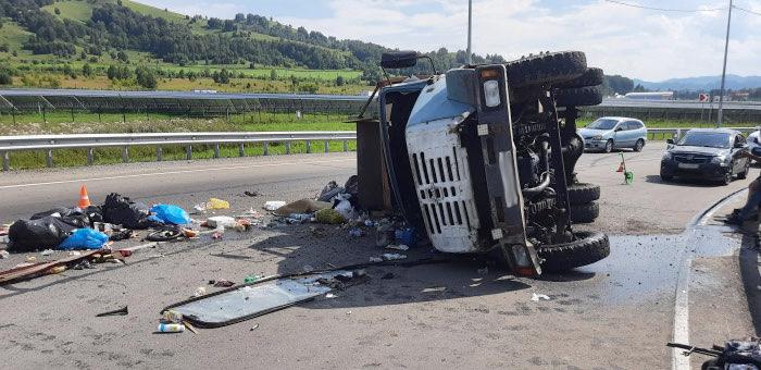На Чуйском тракте в районе аэропорта опрокинулся грузовик