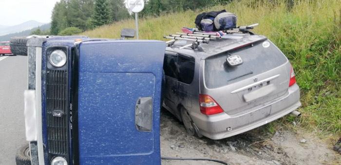 Из-за лихого водителя на Семинском перевале столкнулись три машины, два ребенка получили травмы
