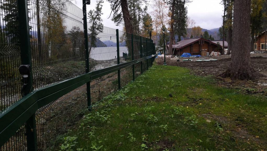 Суд обязал снести 530-метровый забор у берегов Телецкого озера