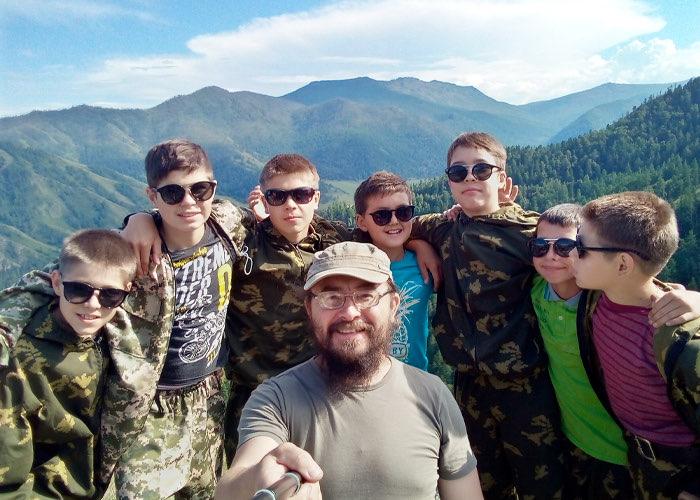 Священник Павел Тайченачев и подростки