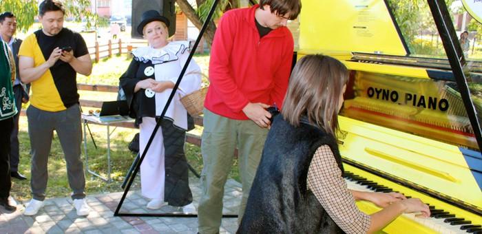 В Шебалино установили уличное фортепиано