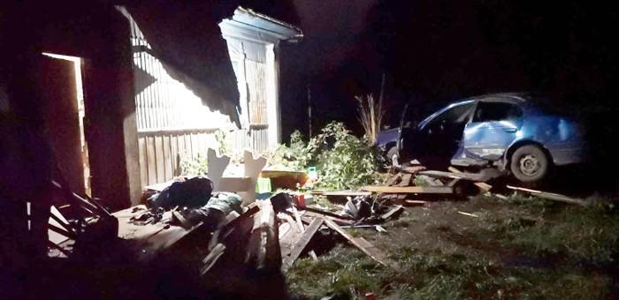 19-летний горожанин на Toyota Avensis ночью врезался в веранду дома