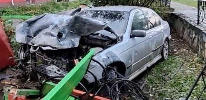 Водитель BMW «потерпел крушение» на детской площадке и сбежал с места ДТП, бросив машину