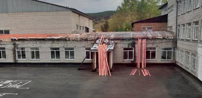 «Без крыши над головой»: подрядчика наказали за неторопливость при ремонте кровли гимназии