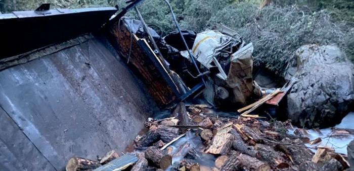 На Улаганском тракте свалился в кювет груженный дровами КАМАЗ