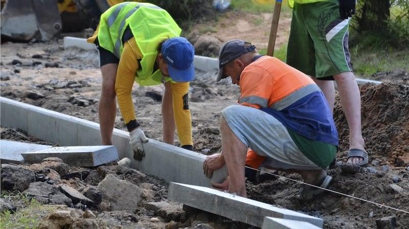 Укладка бортового камня: этапы, материалы и особенности укладки