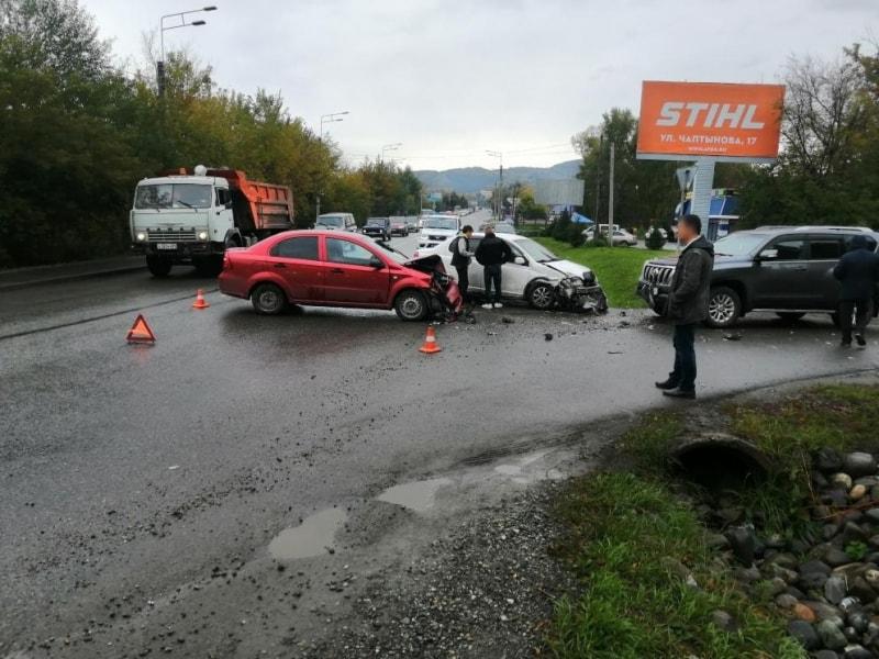 Уходил от столкновения и спровоцировал ДТП с участием трех автомобилей