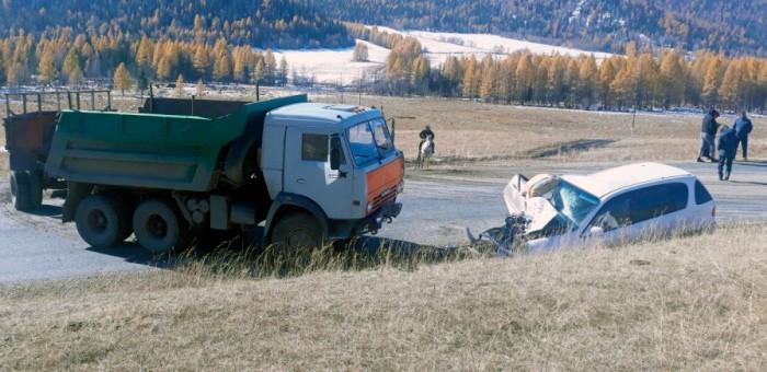 В Онгудайском районе КАМАЗ снес с дороги Toyota Ipsum