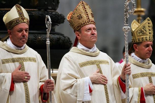 Архиепископ Жанфранко Равази (в центре) считает теорию Дарвина обоснованной