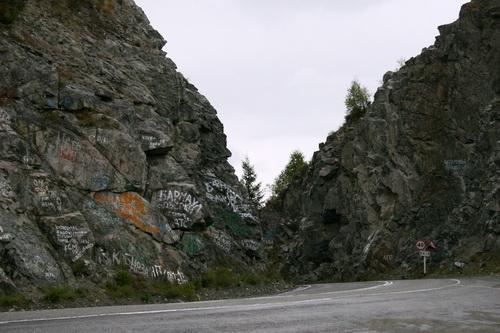 Вершина Чике-Тамана фактически обезображена надписями на скалах
