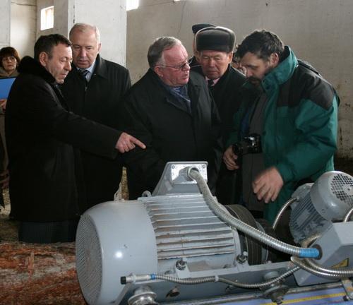 Членам правительства продемонстрировали оборудование по оцилиндровке бревен