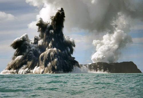 Извержение подводного вулкана в Тихом океане. Dana Stephenson/Getty Images