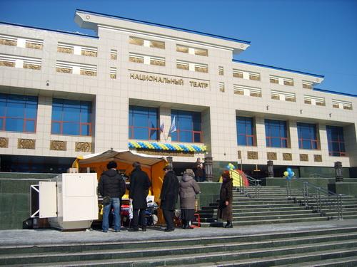 Часть экспозиций расположилась на улице перед входом в Драмтеатр